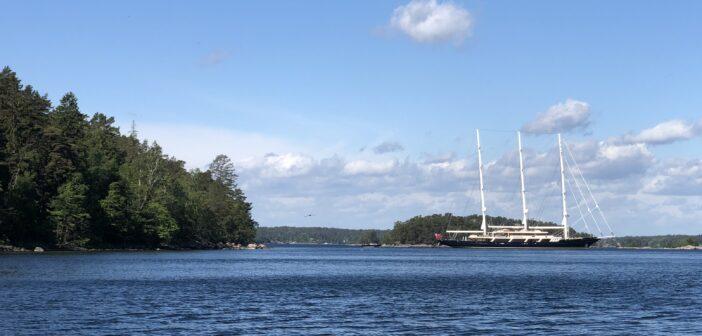 EOS – exklusiv seglingsyacht glider i Stockholmsskärgård