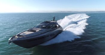 Ferretti Pershing 8X Yacht i kofiber som körs framåt