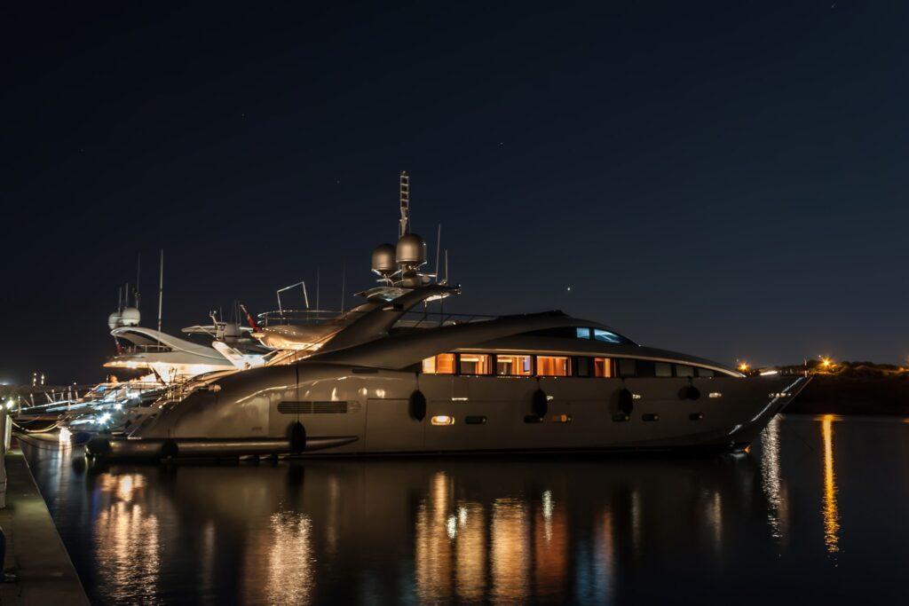 Lyxig yacht i Marina di Portisco, Sardinien