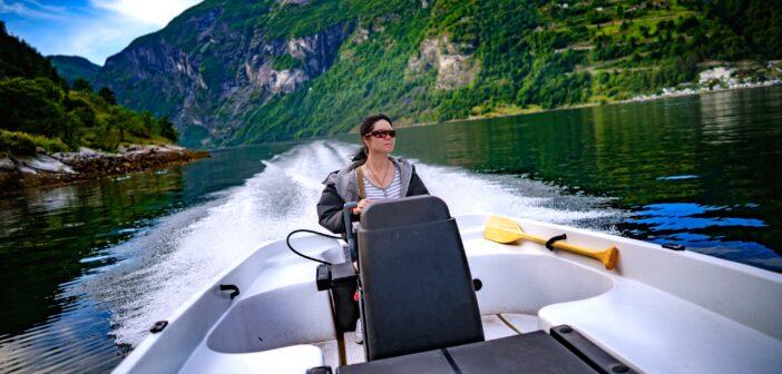 Kvinna som kör en motorbåt